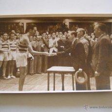 Coleccionismo deportivo: FOTOGRAFÍA ORIGINAL JUGADOR DEL R.C.D. ESPAÑOL RECIBIENDO UN PREMIO. ÉPOCA DE LA REPÚBLICA. Lote 52320243