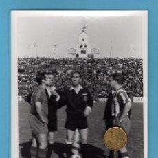 Coleccionismo deportivo: FOTO DEL PARTIDO CD.MALAGA-UD LEVANTE. 16 ABRIL 1967. TAMAÑO: 12,5X17,5. Lote 50808190