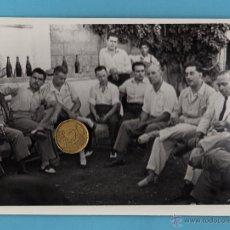 Coleccionismo deportivo: EL ENTRENADOR DEL CD.MALAGA, RICARDO ZAMORA, DIALOGANDO CON DIRECTIVOS . AÑO 1950. TAMAÑO: 18X12,5. Lote 51013729