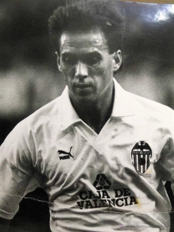 ANTIGUA FOTOGRAFIA, DEPORTES, JUGADOR DEL VALENCIA CLUB DE FUTBOL, TEMPORADA 1990 - 1991 (Coleccionismo Deportivo - Documentos - Fotografías de Deportes)