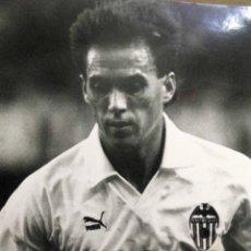 Coleccionismo deportivo: ANTIGUA FOTOGRAFIA, DEPORTES, JUGADOR DEL VALENCIA CLUB DE FUTBOL, TEMPORADA 1990 - 1991. Lote 53113747