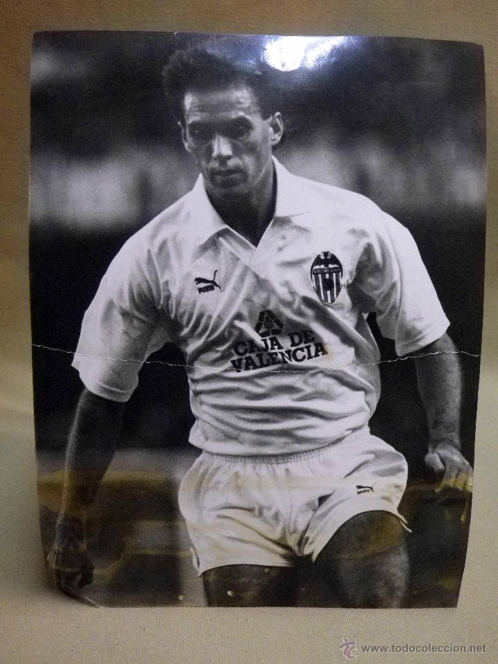 Coleccionismo deportivo: ANTIGUA FOTOGRAFIA, DEPORTES, JUGADOR DEL VALENCIA CLUB DE FUTBOL, TEMPORADA 1990 - 1991 - Foto 2 - 53113747