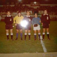 Coleccionismo deportivo: FOTO ORIGINAL DE PROTOCOLO ENTRE CAPITANES ANTES DEL PARTIDO DE FUTBOL 18CM X 13CM. Lote 53286680