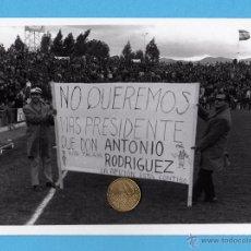 Coleccionismo deportivo: FOTO DE PANCARTA EN LA ROSALEDA DE MALAGA. DEBUT DE VIBERTI, NOVIEMBRE 1969. TAMAÑO: 18X13. Lote 53936207