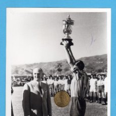 Coleccionismo deportivo: FOTO, PEPE JUNCO, CAPITAN DEL CD. MALAGA LEVANTANDO TROFEO CONQUISTADO. TAMAÑO: 13X18. Lote 54004577