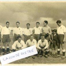 Coleccionismo deportivo: EQUIPO DEL VALENCIA C.F. ? AÑOS 40, SIN INDICACIÓN DE FOTÓGRAFO, A IDENTIFICAR 23,5X17,3 CM.. Lote 54730827
