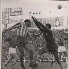 Coleccionismo deportivo: FOTO FUTBOL - R.C.D. ESPAÑOL 2 R.SOCIEDAD 0 VILCHES ANTICIPANDOSE AL PORTERO DONOSTIARRA 16-11-1958. Lote 55076148