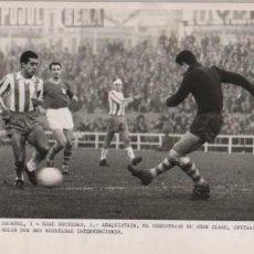 Coleccionismo deportivo: FOTO FUTBOL - R.C.D. ESPAÑOL 1 R. SOCIEDAD 1 ARAQUISTAIN A DEMOSTRADO SU CLASE 11-12-1960. Lote 55076214