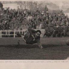 Coleccionismo deportivo: FOTO FUTBOL - R.C.D. ESPAÑOL 1 R. SOCIEDAD 0 ESTE BALÓN PASO A BAGUR PERO DIO AL POSTE 23-12-56. Lote 55076351