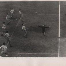 Colecionismo desportivo: FOTO FUTBOL R.C.D. ESPAÑOL 2 LAS PALMAS 0 UNO DE LOS GOLES ANULADOS 14-10-1956. Lote 55149804