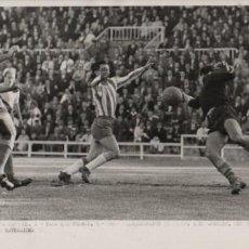 Coleccionismo deportivo: FOTO FUTBOL R.C.D. ESPAÑOL 1 LAS PALMAS 1 INTERVENCIÓN DE PEIN ANTE EL META CANARIO 12-4-59. Lote 55149903
