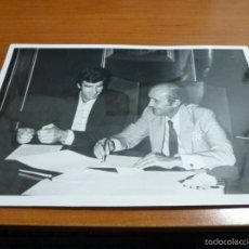 Coleccionismo deportivo: FOTOGRAFIA ORIGINAL DEL PORTERO DE FUTBOL IRIBAR FIRMANDO, 18 X 12 CM.. Lote 57334098