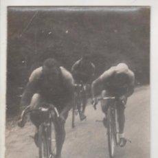 Coleccionismo deportivo: CICLISMO. CICLISTAS ALTO DE MIGELUCHU. PAMPLONA-S.SEBA. 1940S. FOTO 12 X 9 CTMS. FOTO ELORZA. BILBAO. Lote 57965555