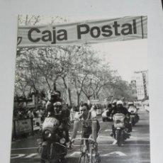 Coleccionismo deportivo: FOTOGRAFIA DE CICLISMO, VUELTA A ESPAÑA AÑOS 80, META, MIDE 24 X 17,5 CMS.. Lote 57966806