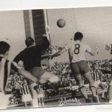 Coleccionismo deportivo: FOTOGRAFIA FUTBOL. ESTADIO RAMON DE CARRANZA. BOLEA DEL CADIZ AL REMATE. FOTO SILVESTRE.. Lote 58770101