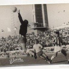Coleccionismo deportivo: FOTOGRAFIA FUTBOL. CADIZ - BADAJOZ. PARADA DEL PORTERO DEL BADAJOZ. FOTO SILVESTRE. 18 X 12CM. Lote 58770829