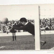 Coleccionismo deportivo: FOTOGRAFIA FUTBOL. SAN FERNANDO CD - JAEN. PARADA DEL PORTERO DEL JAEN. FOTO SILVESTRE. 18 X 12CM. Lote 58770966