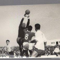 Coleccionismo deportivo: FOTOGRAFIA FUTBOL. SAN FERNANDO CD - MALAGA. PARADA DEL PORTERO DEL MALAGA. FOTO SILVESTRE. Lote 58775911