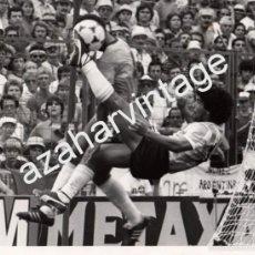 Coleccionismo deportivo: MUNDIAL 1982, BARCELONA, PARTIDO BRASIL - ARGENTINA, MARADONA REMATANDO, ESPECTACULAR,240X180MM. Lote 59155530