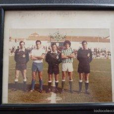 Coleccionismo deportivo: FOTOGRAFIA DE 2 FUTBOLISTAS MAS EL TRIO ARBITRAL. Lote 60463271
