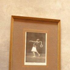 Coleccionismo deportivo: LITOGRAFÍA ENMARCADA. JUGADORA DE TENIS: SEÑORITA DE ALVAREZ, ESPAÑA. Lote 61941472