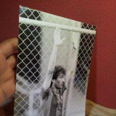 Coleccionismo deportivo: ORIGINAL FOTO DE PRENSA FUTBOL RAMOS BARCELONA FCB 1980 CON MARCAS ARCHIVO FOTO MORENO. Lote 63899543
