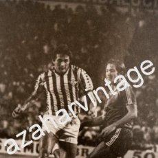 Coleccionismo deportivo: ANTIGUA FOTOGRAFIA PARTIDO REAL BETIS - REAL SOCIEDAD, GORDILLO Y PERICO ALONSO, 128X178MM. Lote 64312807