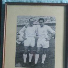 Coleccionismo deportivo: FOTOGRAFÍA ORIGINAL ENMARCADA, DON ALFREDO DI STÉFANO Y HÉCTOR RIAL, FIRMADA Y DEDICADA, AÑO 1958. Lote 64583427