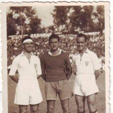 Coleccionismo deportivo: FOTOGRAFÍA DE TRES FUTBOLISTAS DEL SEVILLA FINALES DE LOS AÑOS 1940. Lote 68291249