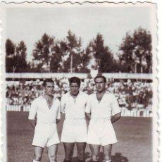 Coleccionismo deportivo: FOTOGRAFÍA DE TRES FUTBOLISTAS DEL SEVILLA C.F. FINALES DE LOS AÑOS 1940. Lote 68291769