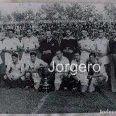 Coleccionismo deportivo: SEVILLA F.C. CAMPEÓN DE LIGA 1945-1946. FOTO. Lote 106960064