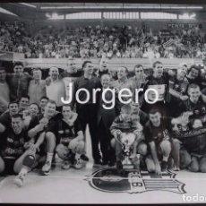Coleccionismo deportivo: F.C. BARCELONA BALONMANO. CAMPEÓN DE EUROPA 1999-2000 EN EL PALAU CONTRA EL KIEL. FOTO. Lote 69028269