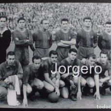 Coleccionismo deportivo: F.C. BARCELONA. ALINEACIÓN PARTIDO C. GENERALÍSIMO 1956-1957 EN LES CORTS CONTRA R. MADRID. FOTO. Lote 85091864