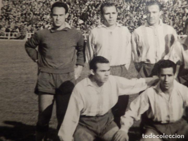 Coleccionismo deportivo: Antigua fotografía - Equipo de futbol a determinar - Sello fotografo de Córdoba - Años 50? - Foto 2 - 71574623