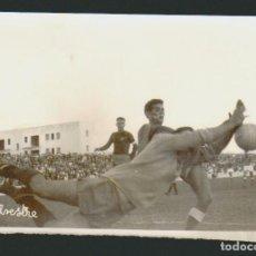 Coleccionismo deportivo: FOTOGRAFÍA DE FUTBOL.POR DETRÁS HACE REFERENCIA AL PORTERO CAMPILLO.FOTO SILVESTRE.AÑOS 60S.. Lote 73037311