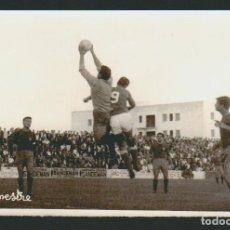 Coleccionismo deportivo: FOTOGRAFÍA DE FUTBOL.POR DETRÁS HACE REFERENCIA AL PORTERO CAMPILLO.FOTO SILVESTRE.AÑOS 60S.. Lote 73041503