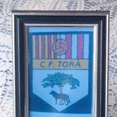 Coleccionismo deportivo: FOTOGRAFIA CON MARCO Y CRISTAL, ESCUDO C.F. TORÀ. Lote 73512919
