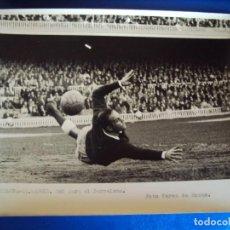 Coleccionismo deportivo: (F-253)FOTOGRAFIA PARTIDO C.F.BARCELONA-AT.MADRID.GOL PARA EL BARCELONA. Lote 74035839
