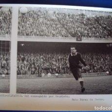 Coleccionismo deportivo: (F-254)FOTOGRAFIA PARTIDO C.F.BARCELONA-AT.MADRID.GOL CONSEGUIDO POR EVARISTO. Lote 74035975