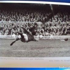 Coleccionismo deportivo: (F-256)FOTOGRAFIA PARTIDO C.F.BARCELONA-AT.MADRID.GOL CONSEGUIDO POR EVARISTO. Lote 74037927