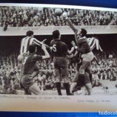 Coleccionismo deportivo: (F-257)FOTOGRAFIA PARTIDO C.F.BARCELONA-AT.MADRID.DESPEJE DE PUÑOS DE PESUDO. Lote 74038815