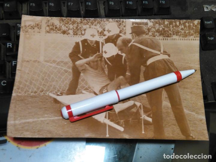 ANTIGUA FOTOGRAFIA ORIGINAL FUTBOL CADIZ ESTADIO CARRANZA LIGA O TROFEO - CRUZ ROJA ATIENDE JUGADOR (Coleccionismo Deportivo - Documentos - Fotografías de Deportes)