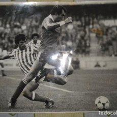 Coleccionismo deportivo: BETIS PARTIDO DE PRIMERA SOBRE 1980 , EN LA FOTO APARECE BIOSCA Y DETRAS PERUENA. 18CM X 24CM. Lote 75546183