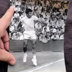 Coleccionismo deportivo: FOTO ORIGINAL DE PRENSA. MANUEL ORANTES. TENISTA. AÑO: 1970. COPA DAVIS. ROLAND GARROS. BUEN ESTADO.. Lote 77245365