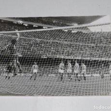 Coleccionismo deportivo: (M) FOTOGRAFIA FC BARCELONA - R SOCIEDAD 1979 , GOL DE MARTINEZ , ASENSI , 24X18 CM. Lote 80712438