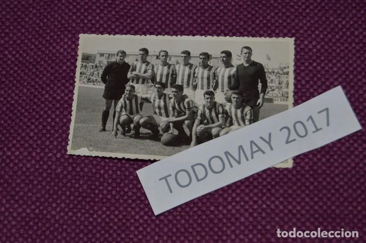 VINTAGE - FOTOGRAFÍA AÑOS 50 / 60 - EQUIPO ALINEACIÓN DE FÚTBOL - ORIGINAL - FOTO-01 (Coleccionismo Deportivo - Documentos - Fotografías de Deportes)
