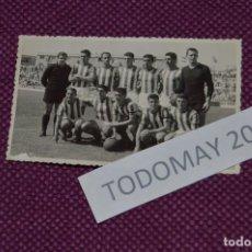 Coleccionismo deportivo: VINTAGE - FOTOGRAFÍA AÑOS 50 / 60 - EQUIPO ALINEACIÓN DE FÚTBOL - ORIGINAL - FOTO-01. Lote 81031456