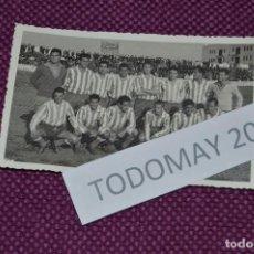 Coleccionismo deportivo: VINTAGE - FOTOGRAFÍA AÑOS 50 / 60 - EQUIPO ALINEACIÓN DE FÚTBOL - ORIGINAL - FOTO-02. Lote 81031512
