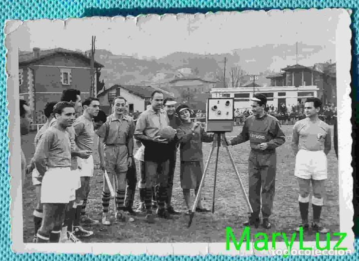 FOTO ORIGINAL DE TELMO ZARRA, HACIENDO DE ÁRBITRO EN PARTIDO DE AFICIONADOS. VIZCAYA, BILBAO. (Coleccionismo Deportivo - Documentos - Fotografías de Deportes)