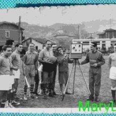 Coleccionismo deportivo: FOTO ORIGINAL DE TELMO ZARRA, HACIENDO DE ÁRBITRO EN PARTIDO DE AFICIONADOS. VIZCAYA, BILBAO.. Lote 85646424